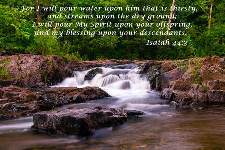 Een waterval stroomt zachtjes door het grote noorden bossen, op het s weg naar Lake Superior met bijbels vers tekst