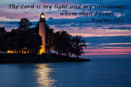 Il Signore è mia luce e salvezza faro che riflette sull'acqua con citazione dal libro dei Salmi Faro County Park Port Hope, Michigan Archivio Fotografico
