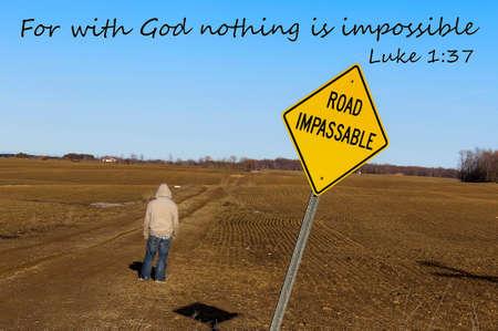 Voor met God Alle Dingen Mogelijk Road onbegaanbaar bord met tiener mannelijke dapper kruising in het onbekende Stockfoto