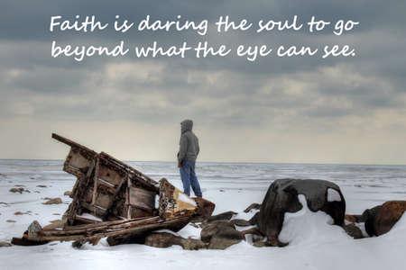 Teenaged man op een winter schipbreuk strand en geloof gebaseerde tekst