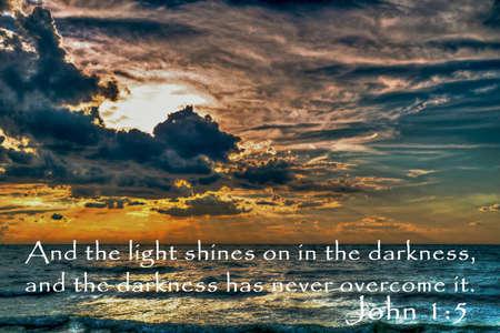 La Luz Shall Overcome Hermosa puesta de sol con las escrituras b�blicas del libro del Nuevo Testamento de John photo