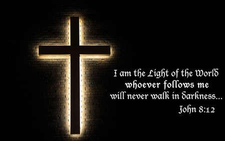 Ik ben het Licht van de Wereld Verlichte kruis op een bakstenen muur, met de Schrift citaat uit het boek van John Stockfoto