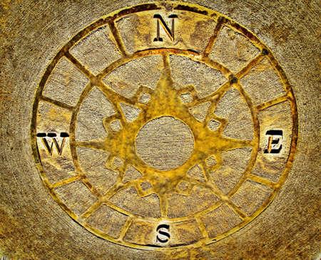 descubridor: Golden Compass Brújula incrustaciones por un sendero labrynith para ayudar a los jóvenes exploradores a encontrar su camino Condado Goodells Park St Clair County, Michigan
