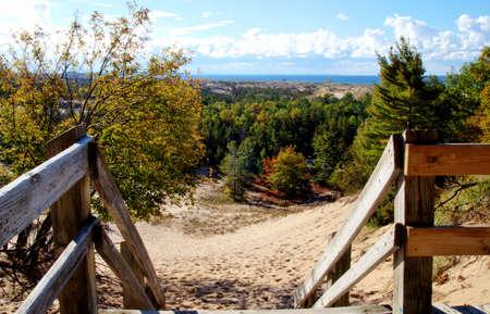 Een wandeling in de wolken Uitzicht vanaf de Skyline Trail met Lake Michigan horizon in de Ludington State Park Ludington, Michigan
