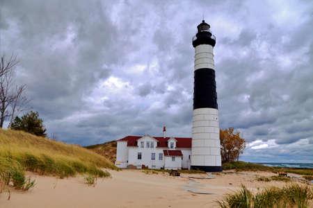 lake michigan lighthouse: Faro grande del Sable se encuentra en la costa del Lago Michigan a distancia Ludington State Park Ludington, Michigan Foto de archivo