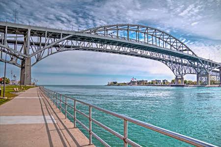 青い水橋のツイン スパン接続ポート ヒューロン、ミシガン州、彼らは、忙しいをされてデトロイトのアンバサダー橋と二国間 2 番目忙しい交差点サ 写真素材