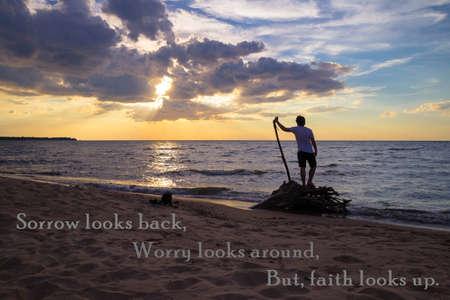 Verdriet kijkt terug, Worry ziet rond, Maar geloof ziet op