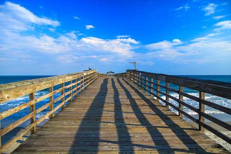 Pier aan de blauwe lucht en blauwe wateren van de Atlantische Oceaan horizon Myrtle Beach State Park; Myrtle Beach, South Carolina Stockfoto