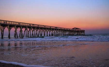 Myrtle Beach State Park pier uitsteekt in de Atlantische Oceaan met een zonsondergang hemel achtergrond Myrtle Beach, South Carolina