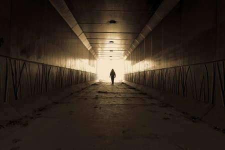 暗い路地の終わりに待っている男性の見知らぬ人の危険のシルエット 写真素材