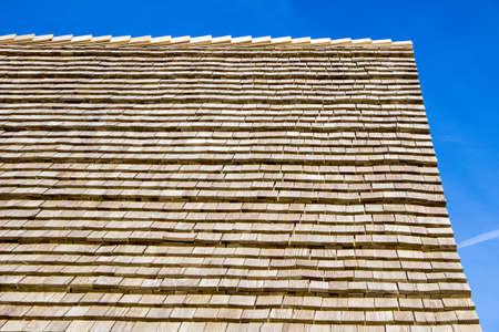 Tijd voor een nieuw dak Cedar shingledak mooi en duurzaam Stockfoto