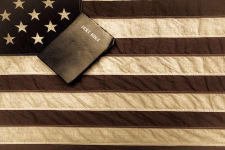 holy  symbol: Bandera americana y la Biblia King James Foto de archivo