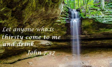 Living Waters Waterval met citaat van het Nieuwe Testament van de King James Bijbel