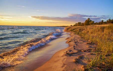 Prachtig zandstrand strekt zich uit tot aan de horizon.