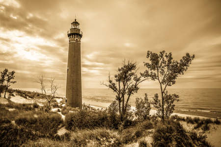 lake michigan lighthouse: Peque�o faro de la punta del Sable. El faro de la punta del Sable Poco ha estado guiando a los navegantes a trav�s de las traicioneras aguas de los Grandes Lagos durante m�s de un siglo. Plata Parque Estatal Lake. Mears, Michigan. Foto de archivo
