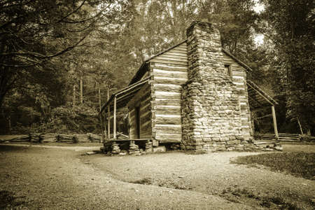 pioneer: Pioneer Cabin. Settlers cabin on display in Americas Great Smoky Mountain National Park. Gatlinburg, Tennessee.
