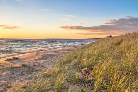 jezior: Zachód słońca na plaży. Zachody słońca na piaszczystej plaży kąpała w złote promienie zachodzącego słońca. Zdjęcie Seryjne