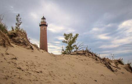 lake michigan lighthouse: El faro de Sable peque�o con una duna de agua dulce en el primer plano. Plata Parque Estatal Lake. Pentwater, Michigan.