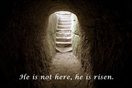 A tumba vazia. Escadaria de pedra leva para acender com o versículo bíblico do Novo Testamento. Imagens