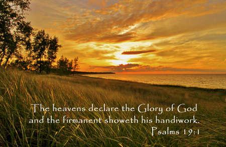 Gouden zonsondergang op de kust van de Grote Meren met inspirational citaat uit het boek van de Psalmen. Stockfoto