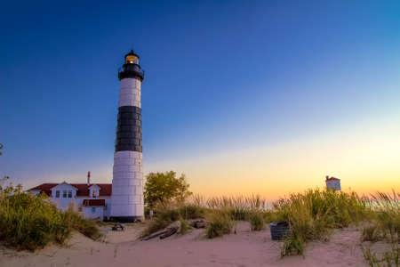lake michigan lighthouse: Faro de los Grandes Lagos. El faro de Sable Grande en la costa del Lago Michigan. Parque Estatal de Ludington. Ludington, Michigan.