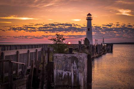 Michigan Sunrise. Zonsopgang langs de kusten van mooie St. Igance, Michigan.