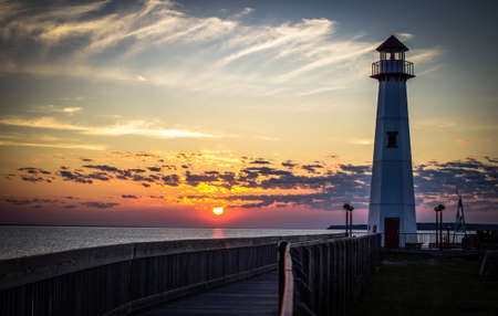 lake michigan lighthouse: Michigan Sunrise. Salida del sol a lo largo de las orillas del hermoso St. Igance, Michigan.