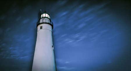lake michigan lighthouse: Cielo nocturno en el Faro de Fort Gratiot. Este es el faro m�s antiguo de Michigan y se encuentra en Port Huron, Michigan. Sigue siendo un faro de navegaci�n activa para los marinos de los Grandes Lagos. Foto de archivo