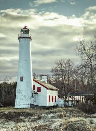 lake michigan lighthouse: Faro del punto del esturi�n. Faro de los Grandes Lagos de la vendimia en las orillas del lago Michigan. Esturi�n Point Sitio esc�nico. Harrisville, Michigan.