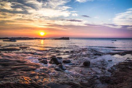jezior: Superior Uroda. Lake Superior dzikie wybrzeże na zachód słońca w Rocks National Lakeshore w Munising, Michigan.