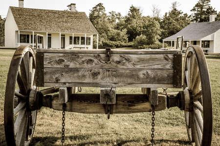 carreta madera: Carro de madera de la vendimia en la exhibici�n en Fort Wilkins State Historical Park. El parque cuenta con un restaurado US Army fuerte de 1800 en la frontera norte. Foto de archivo