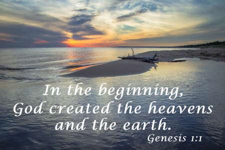In het begin. Sunset horizon over het water met een citaat uit het boek Genesis. Stockfoto