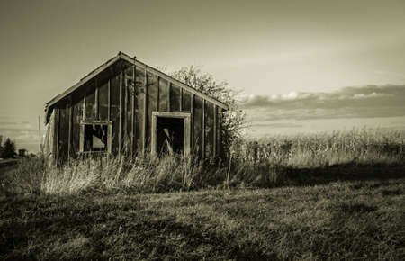 De dood van de familie boerderij. Verlaten structuur omgeven door akkers zijn een getuigenis van de economische gevaren van Amerika's boer.