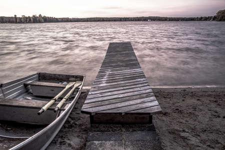 bateau: Lake Wilderness � distance. Aluminum barque sur les rives d'un lac sauvage du Nord � distance dans la p�ninsule sup�rieure du Michigan.