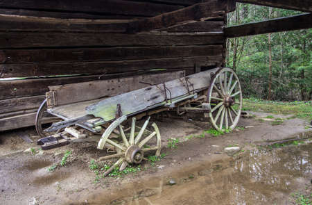 great smoky national park: Abandoned Pioneer Wagon. Abandoned pioneer wagon left to deteriorate beside a barn. Great Smoky Mountain National Park. Gatlinburg, Tennessee.