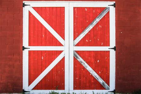 Rode En Witte Schuur Deur. Traditionele rode en witte schuur deur achtergrond.