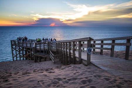 Empire, Michigan, USA - 22 augustus 2016: Toeristen bewonderen een Lake Michigan zonsondergang van overlook # 9 in de Sleeping Bears Dune National Lakeshore. Redactioneel