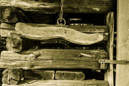 Traditioneel houten juk. Pionier boerderij tijdperk houten juk en schuur interieur. Dit is een openbaar gebouw in een nationaal park en geen privébezit. Stockfoto