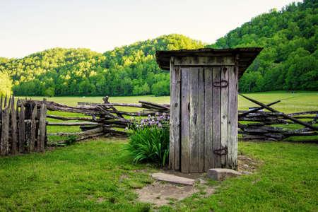 Backyard Outhouse. Dépôt de style Pioneer 1800 exposé dans le parc national Great Smoky Mountain dans les Appalaches. Banque d'images - 79419031
