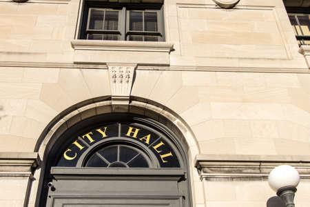 시청 서명. 시청 건물 앞 입구입니다. 이것은 공공 소유 건물이며 개인 소유지 또는 거주지가 아닙니다. 스톡 콘텐츠