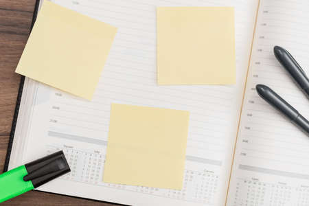 memo pad: Calendar with memo pad and pen on desk Stock Photo