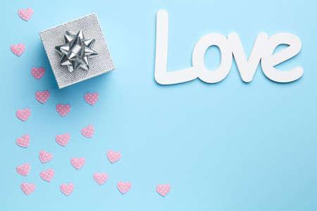Fondo Azul Claro Con La Frase Te Amo Regalo De Plata Y Pequenos