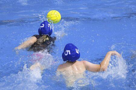 waterpolo: Ni�os jugando waterpolo Foto de archivo