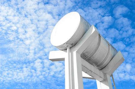 dep�sito agua: El tanque de agua en el cielo azul