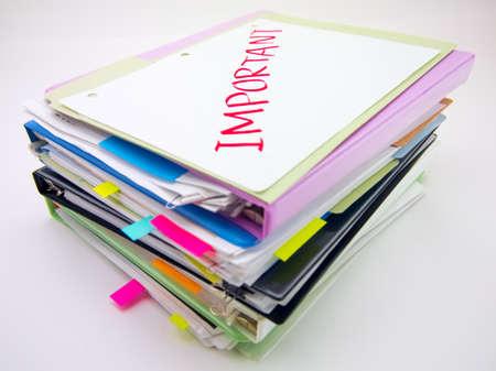 documentos: Existe la enorme pila de documentos de negocios en el escritorio.
