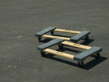 地上では、建設現場で木造台車