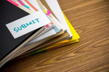 documentos: Enviar; La pila de documentos de negocios en el escritorio