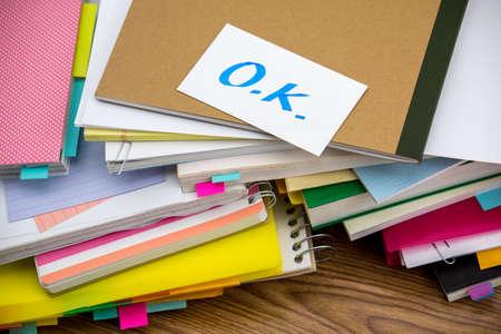 [Ok] を;机の上のビジネス書類の山 写真素材