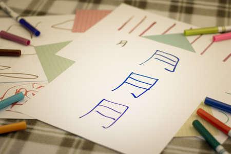 Mandarijn; Kinderen schrijven nieuw Chinees personage om te oefenen (vertalen; maan) Stockfoto