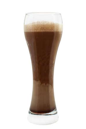 cerveza negra: S�lo sirvi� la cerveza stout negro con una espuma rica avalancha en un vaso. Aisladas sobre fondo blanco